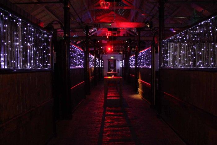 Живые концерты рок-исполнителей – это то, ради чего в бар «Proud Camden» приезжают посетители со всего Лондона.