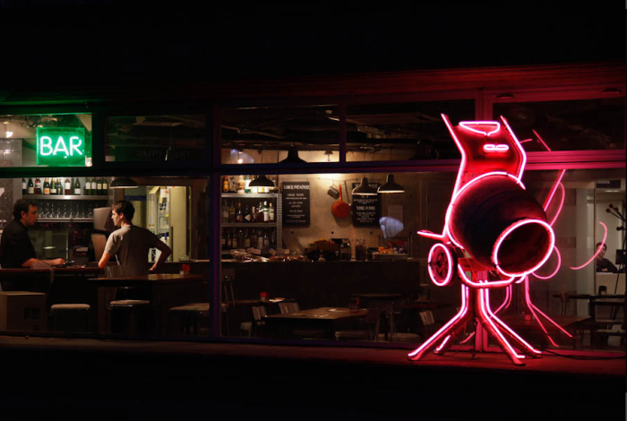 На входе в бар  гостей встречает настоящая бетономешалка, украшенная неоновой подсветкой.