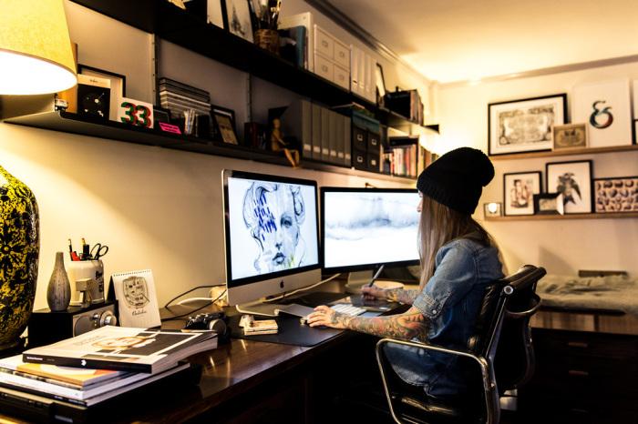 Сара Блейк создает очередную картину для проекта «100 женских портретов».