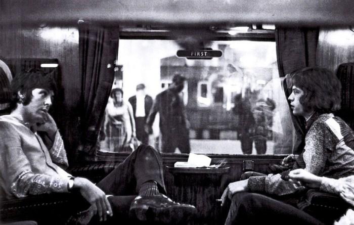 Две звезды рок-н-рола сидят в поезде по соседству, как ни в чем не бывало.