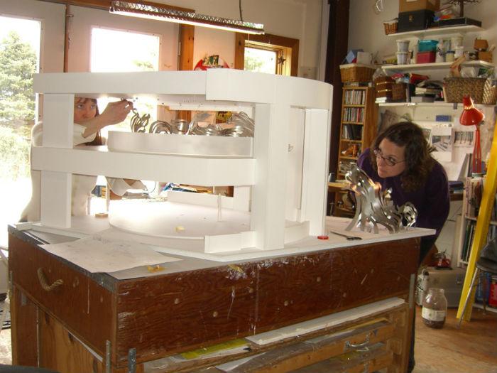 Мия Перлман  в студии за работой
