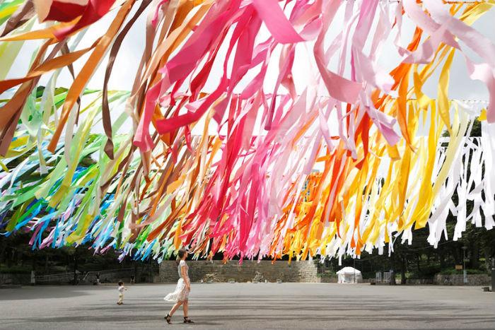 Красочная инсталляция от французской художницы Эммануэль Муро