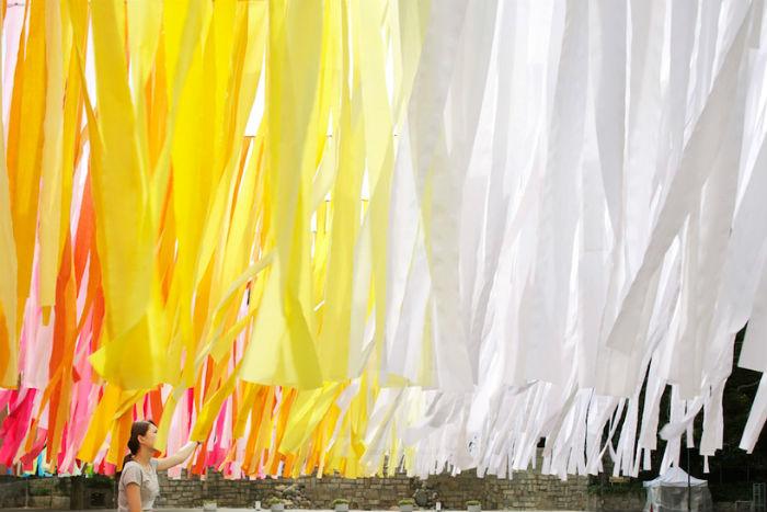 На этот раз Муро решилась выставить одну из самых удачных своих инсталляций 100 colors за пределами галерейного пространства