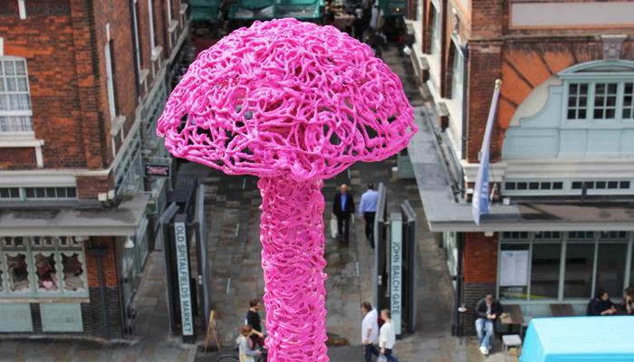 Удивительный арт-объект рядом с городским рынком, арт-перформанс художника  Christiaan Nagel