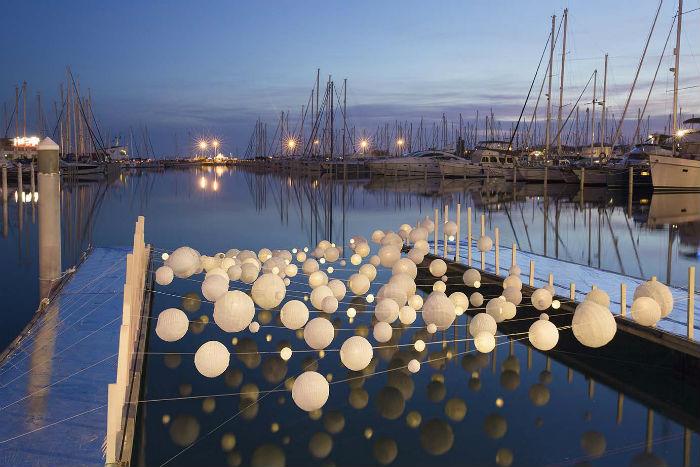 Вся установка занимает площадь почти в 200 квадратных метров, а с наступлением темноты лёгкие сферы превращаются в фонарики