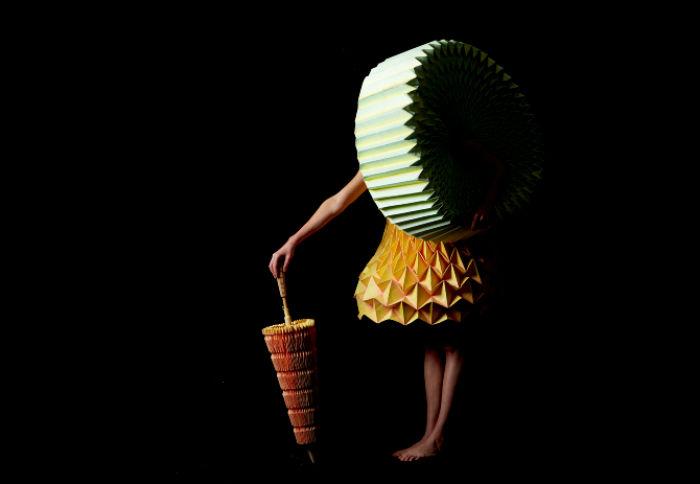 Сумки, зонты и платья: аксессуары и одежда из бумаги