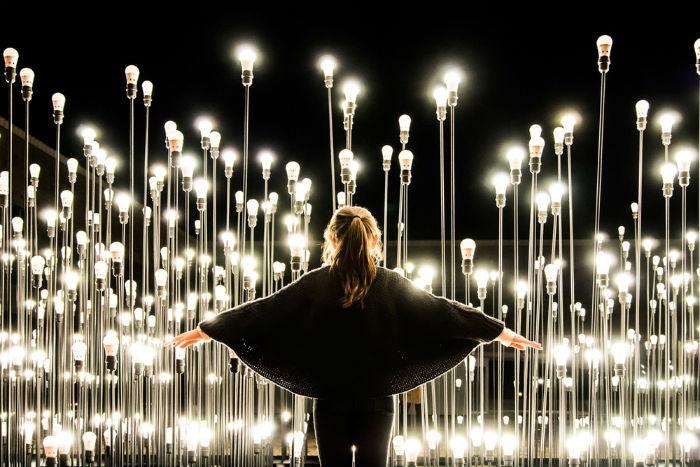 Специалисты португальского архитектурного бюро LIKEArchitects представили в Культурном центре города Белем интерактивную инсталляцию LEDscape.