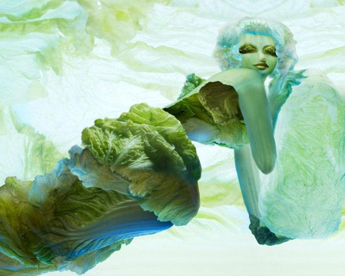Низкокалорийная эротика: полуобнажённые девушки из капустных листьев