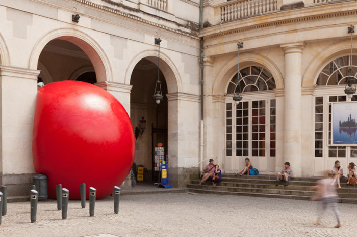 Докатился: знаментитый красный шар привезли во Францию