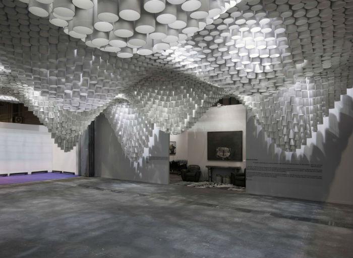 Инсталляция представляет собой разноуровневую конструкцию из белых картонных трубок, за которыми спрятаны многочисленные светодиодные лампы.