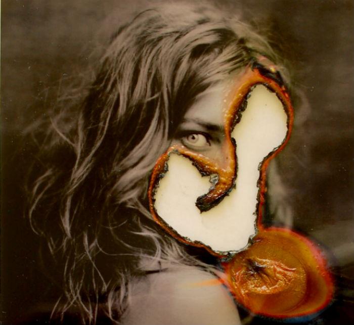 Художник делает с запечатленным на снимке персонажем то, что неизбежно сотворит с ним человеческая память