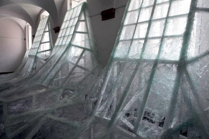 Предметы в инсталляциях Дебомбура, как правило, являются  рассказчиками, ведущими со зрителем невесёлые беседы о жизни