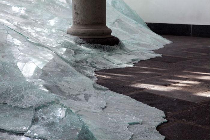 Пространственная композиция Дебомбура, на изготовление которой ушло 240 часов и две тонны битого ламинированного стекла