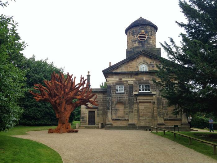 Несколько скульптур известного мастера эпатажа в часовне Йоркширского культурного парка