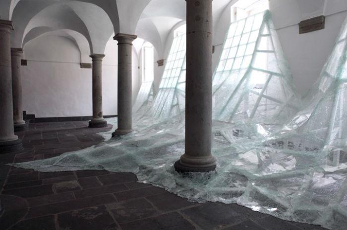 Одна из самых впечатляющих и смелых пространственных композиций французского художника Батиста Дебомбура