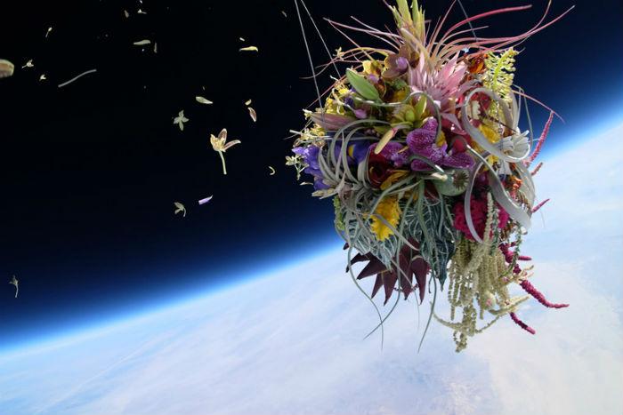 Роскошный букет из тридцати различных наименований  цветов в стратосфере