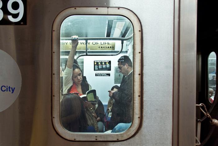 Проект о читающих пассажирах метро «The Underground New York Public Library»