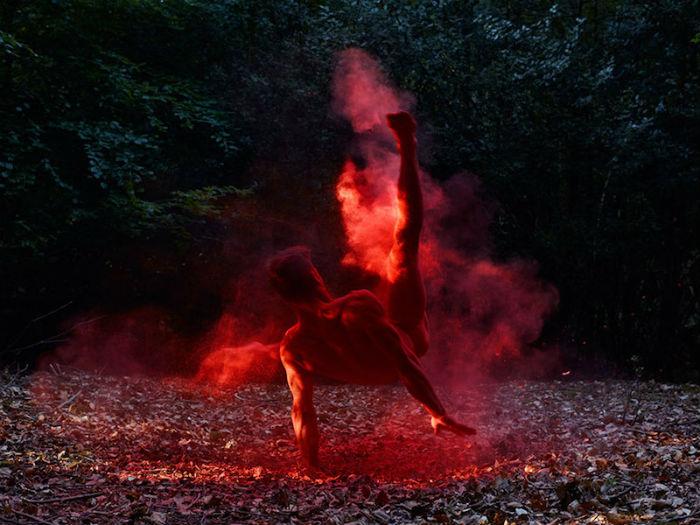 Для придания особого визуального эффекта, фотограф осыпает тела участников съемки цветным порошком