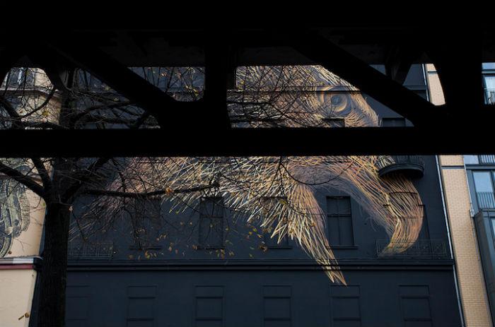 Огненно-золотые «нити», формирующие голову гордой птицы прерываются на затылке, переходя в изображение множества взлетающих птиц