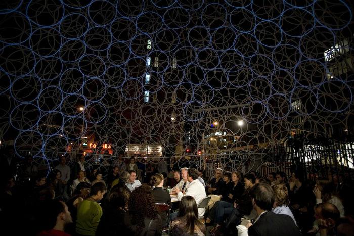 Детище корейского архитектора представляло собой гигантский купол, составленный из полутора тысяч полупрозрачных обручей