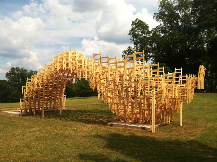 Конструкция из четырехсот стульев - интригующее дизайнерское решение