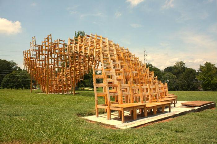 Дизайнеры из творческого объединения «Eboach» выступили соавторами занятной инсталляции из стульев