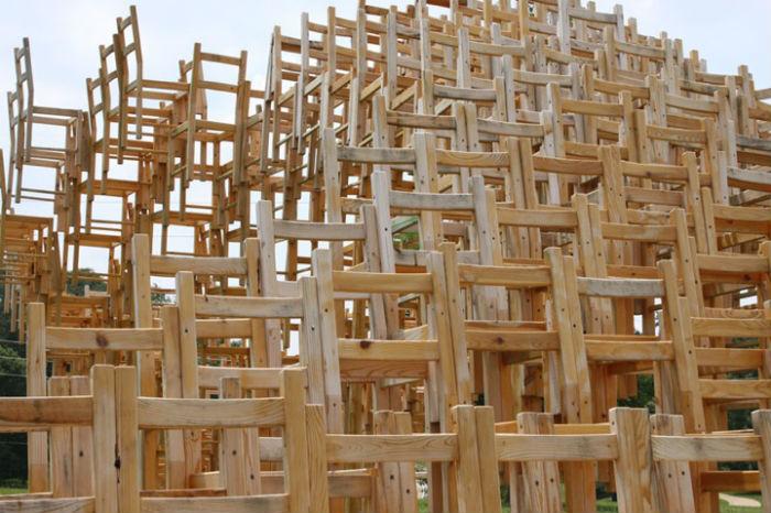 Дизайнеры из «Eboach» решили сделать из стула фетиш, архитектурное событие, инсталляцию