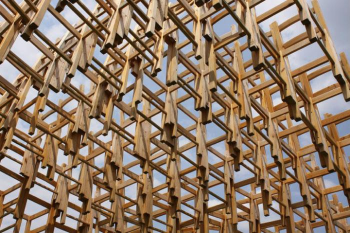 Молодые люди сконструировали замысловатую конструкцию из четырехсот деревянных стульев под открытым небом
