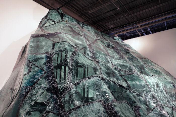 Для «Потока» Дебомбур использовал разбитые лобовые стёкла, которые в его интерпретации стали чем-то наподобие зеркал, отражающих пороки общества массового потребления