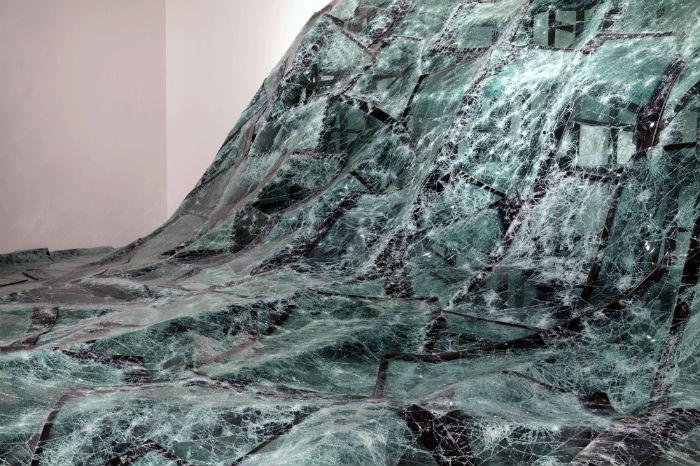 Сотни стёкол расположены таким образом, что напоминают зрителю катастрофу, наводнение, водный поток, неожиданно и неудержимо овладевающий пространством