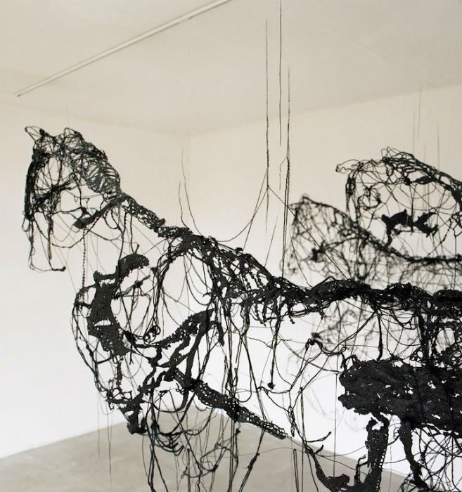 Сандрин черпает вдохновение в народным творчестве, декоративно-прикладным искусстве и культуре обучения полезным навыкам