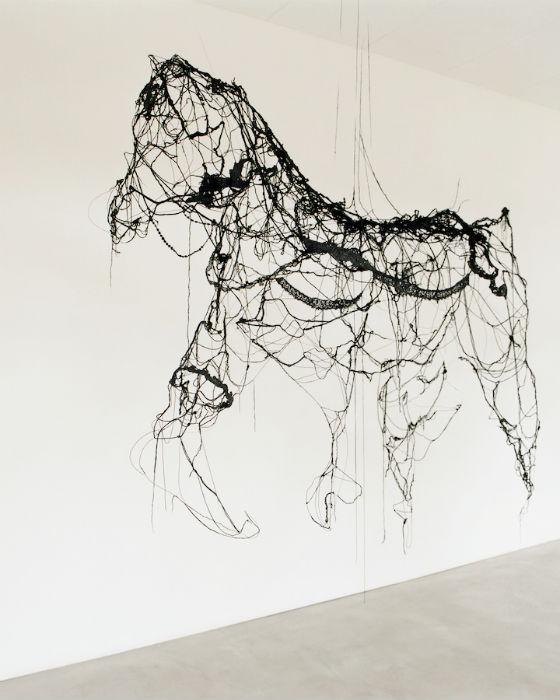 Инсталляция художницы «Goodbye Horses» («Прощайте, лошади») полностью сделана с шерстяных нитей, покрытых смесью черного латекса и смолы