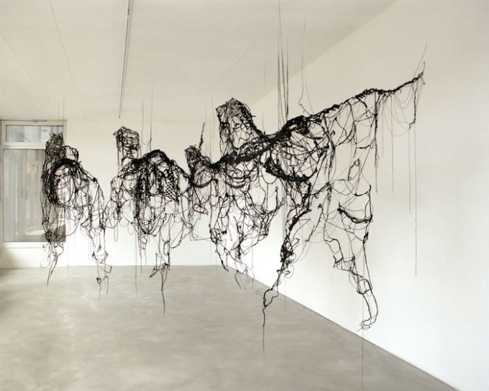 Конструкция с изображением трёх мчащихся лошадей крепится к потолку при помощи тех же нитей, из которых состоит