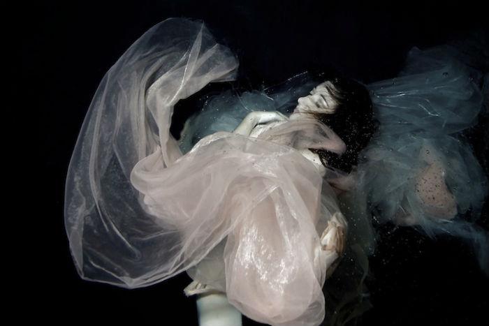 Серия фотографий под названием Follow me to thе depths несёт в себе элегантность классической фотографии