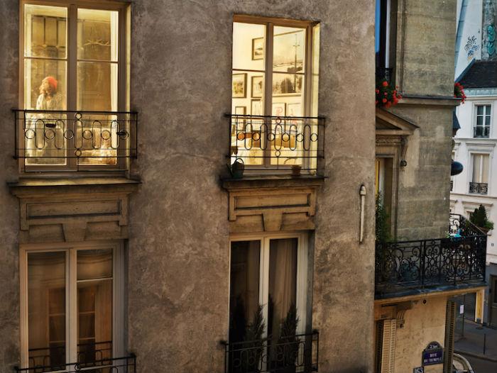 Халабан искала героев для своих фотоснимков в освещённых окнах вечернего Парижа