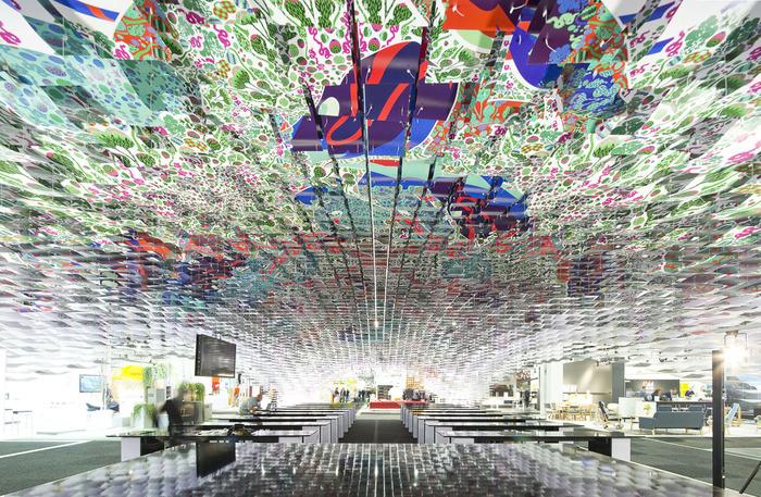 Потрясающая подвесная инсталляция Hello! на выставке в Стокгольме