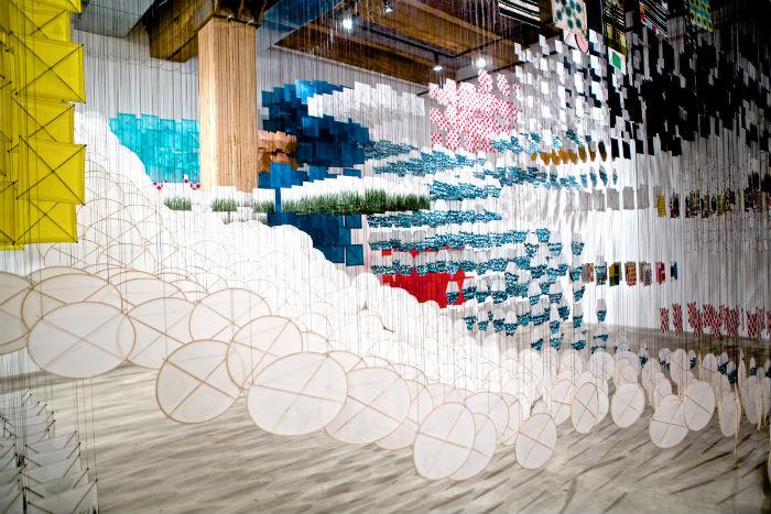Впечатляющая пространственная композиция из тысяч воздушных змеев от японского художника