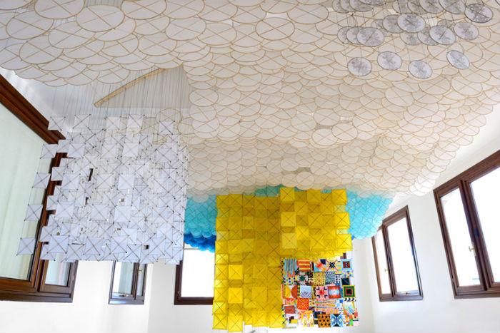 Инсталляция, занявшая два этажа музея, состоит из нескольких тысяч бумажных змеев