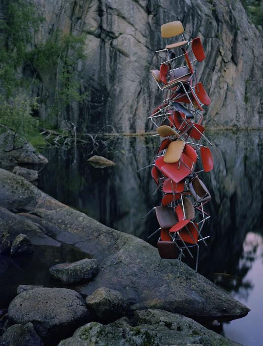 Молодой норвежский художник Руне Гунерюссен (Rune Guneriussen) работает на стыке инсталляции, скульптуры и фотографии