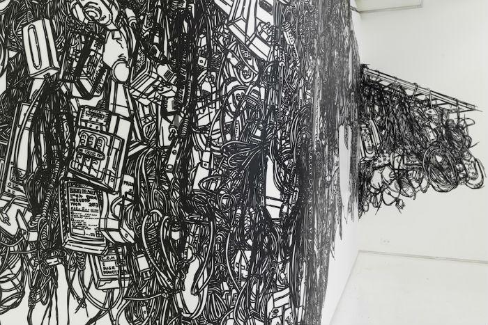 Для своих инсталляций художница использует  полоски клейкой ленты чёрного цвета