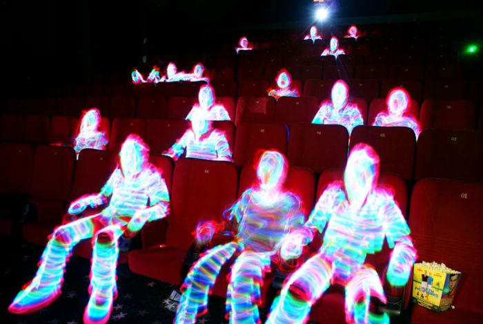 Игра света в темном кинозале