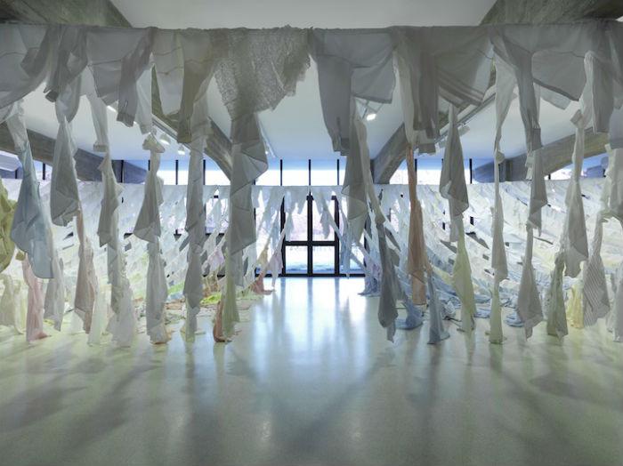 На изготовление инсталляции ушло 500 рубашек различных оттенков