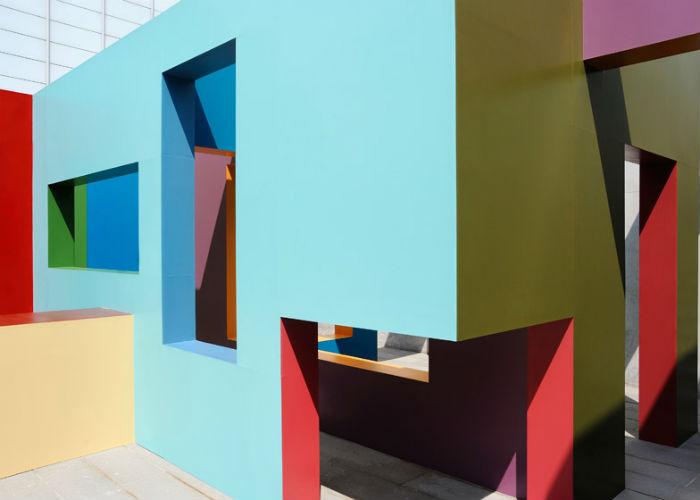 Известный голландский художник Крийн де Конинг представил на открытой террасе галереи Turner Contemporary в Магрите свой новый проект – деревянный лабиринт Dwelling