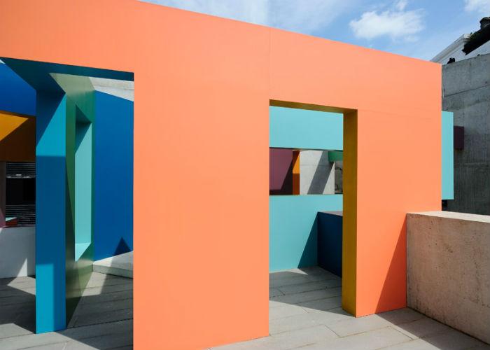 Установка Dwelling стала первой работой художника, которая была представлена британской публике