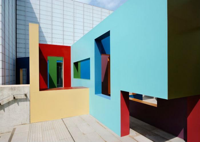 Красочный лабиринт в художественной галерее Turner Contemporary