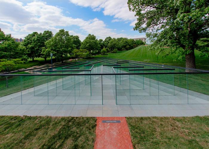 Интерактивный стеклянный лабиринт представили в Художественном музее Нельсона-Аткинса (США).