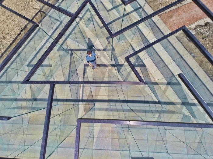 В отличие от традиционных лабиринтов, в Glass Labyrinth заблудиться невозможно – полностью прозрачные стены помогут добраться до главной точки маршрута.