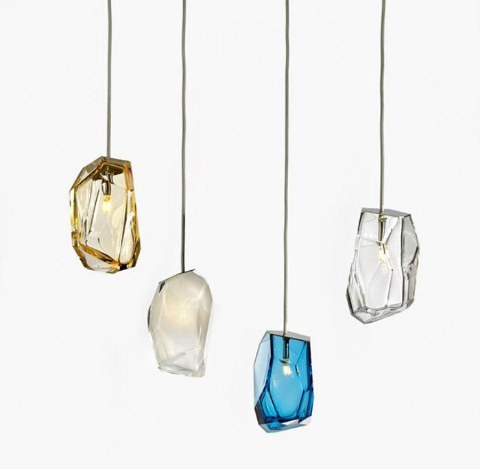 Представленные в нескольких природных оттенках, подвесные светильники Crystal Rock закреплены на разной высоте в выставочном павильоне для лучшего обзора