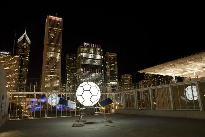 Необычная конструкция из алюминия и нержавеющей стали была впервые представлена на крыше Чикагского художественного института