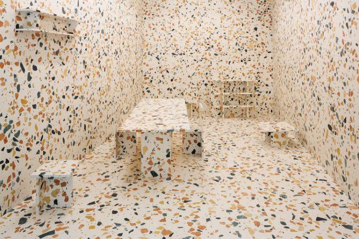 Британский дизайнер Макс Лэмб (Max Lamb) представил на мебельной выставке в Милане павильон, полностью сделанный из особого мрамора Marmoreal